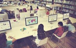 L'étude d'étude apprennent apprendre le concept d'Internet de salle de classe Images stock