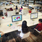 L'étude d'étude apprennent apprendre le concept d'Internet de salle de classe Image libre de droits
