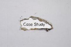 L'étude de cas de mot apparaissant derrière le papier déchiré Images libres de droits