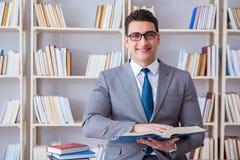 L'étude travaillante d'étudiant de droit des affaires dans la bibliothèque image libre de droits