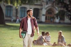 L'étudiant avec des livres s'approchent de l'université Image libre de droits