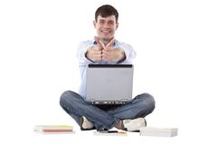 L'étudiant bel avec des salons de l'informatique manie maladroitement vers le haut Photo stock