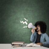 L'étudiant d'Afro semble stressant dans la salle de classe Photo libre de droits