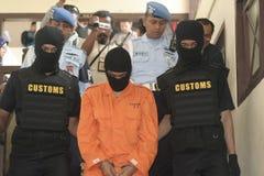 L'ÉTUDIANT D'INDONÉSIE A SUSPECTÉ LES DROGUES PASSÉES EN CONTREBANDE PAR MESSAGER DE DROGUE ATTRAPÉES PAR LA VILLE SURAKARTA DE BU Images libres de droits