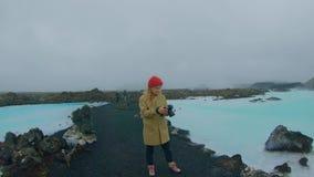 L'étudiant de déplacement explore l'Islande banque de vidéos