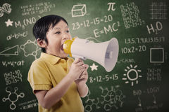 L'étudiant de garçon annoncent utilisant le haut-parleur Image stock