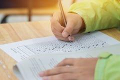 L'étudiant de lycée ou remet prendre des examens, inscription ex Photo stock