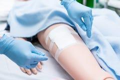 L'étudiant de soins ont été formés comment blesser le patient de soin Elle pratiquent s'exercer avec la poupée du patient, avant  Photographie stock libre de droits