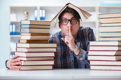 L'étudiant drôle de ballot se préparant aux examens d'université Photo stock