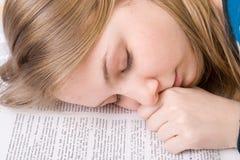 L'étudiant fatigué dort sur des livres image libre de droits