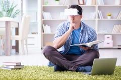 L'étudiant indépendant avec des verres de réalité virtuelle à la maison Photos libres de droits