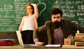 L'étudiant international faisant l'essai en ligne individuel, professeur a son propre amour de learningTeacher inspire des étudia Images libres de droits