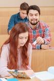 L'étudiant passe une note Photo stock