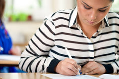 L'étudiant prennent des notes Photos stock