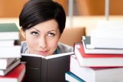 L'étudiant regarde à l'extérieur au-dessus du livre photos libres de droits