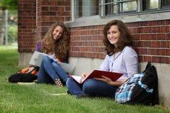 L'étudiant s'asseyent sur une herbe Image stock