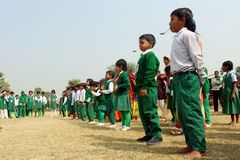 L'étudiant sont prêt à commencer la course de cuillère ainsi ils se tiennent dans une ligne Photo stock