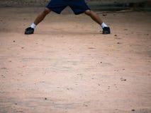 L'étudiant Standing Leg de garçon Photographie stock libre de droits
