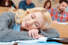 L'étudiant tombe endormi dans la classe Photographie stock