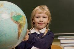 L'étudiant travaille dans une salle de classe d'école, enfant à l'école, Photos libres de droits