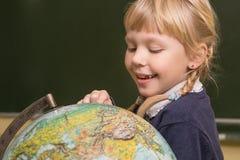 L'étudiant travaille dans une salle de classe d'école, enfant à l'école, Images stock