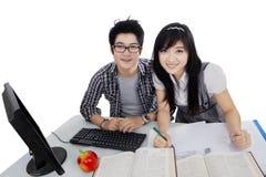 L'étudiant universitaire deux apprennent sur la table Photo stock