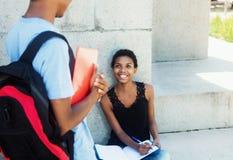 L'étudiante d'afro-américain rencontre le type Photo stock