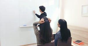 L'étudiante, elle s'est sentie qu'un mal de tête et un professeur sérieux n'ont pas compris images stock