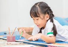 L'étudiante mignonne apprécient pour peindre la couleur photos libres de droits