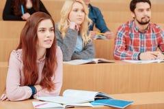 L'étudiante sourit pendant la conférence Image stock