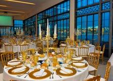 L'événement d'entreprise ajourne la décoration d'or, dîner avec la vue d'océan, banquet de conférence image libre de droits