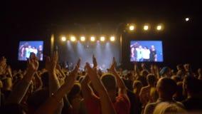 L'événement de musique rock, foule des fans battent des mains et apprécient le festival vivant dans des scènes brillamment allumé clips vidéos