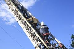L'évacuation de brûler en bas des personnes soit escalier de secours Photo libre de droits