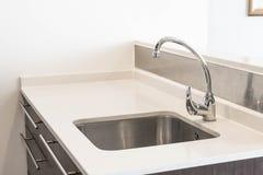 L'évier et l'eau de robinet tabulent la décoration dans la chambre de cuisine Photo stock