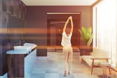 L'évier jumel en bois de vue de côté a couvert de tuiles la salle de bains, femme Image stock