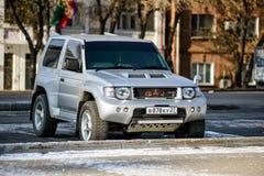 L'évolution de Mitsubishi Pajero dans la couleur argentée est sur la rue Photographie stock libre de droits