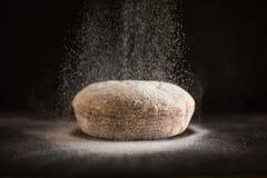 L'être de farine a arrosé sur le pain cuit au four frais photographie stock