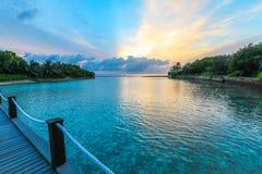 L'île étonnante en Maldives, belle turquoise arrose avec Photographie stock libre de droits