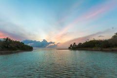 L'île étonnante en Maldives, belle turquoise arrose avec Image libre de droits