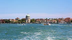 L'île a appelé Lido de Venise dans l'Italie et le ferry-boat transportant des passagers BO Images stock