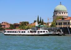 L'île a appelé Lido de Venise dans l'Italie et le ferry-boat transportant des passagers BO Photo libre de droits