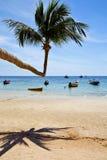 l'île Asie en plage phangan de baie de la Thaïlande de kho bascule la pirogue photographie stock libre de droits