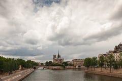 L'île citent avec la cathédrale Notre Dame de Paris, Paris Image stock