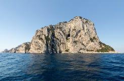 L'île de Capri est un emplacement très pittoresque, luxuriant et extraordinaire en Italie photos libres de droits