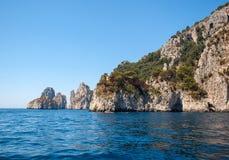 L'île de Capri est un emplacement très pittoresque, luxuriant et extraordinaire en Italie célèbre pour ses hautes roches image libre de droits