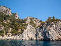 L'île de Capri est un emplacement très pittoresque, luxuriant et extraordinaire en Italie célèbre pour ses hautes roches photo libre de droits
