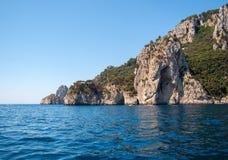 L'île de Capri est un emplacement très pittoresque, luxuriant et extraordinaire en Italie célèbre pour ses hautes roches images stock