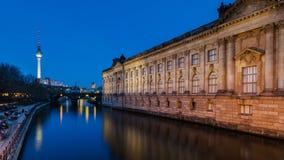 L'île de musée à Berlin la nuit Images libres de droits