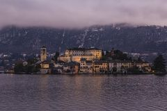 L'île de San Giulio sur le lac Orta devant Orta San Giulio Image stock