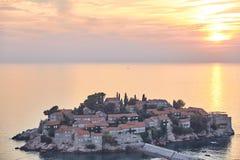 L'île de Sveti Stefan La station de vacances de Monténégro Coucher du soleil sur l'île de Sveti Stefan photos stock
